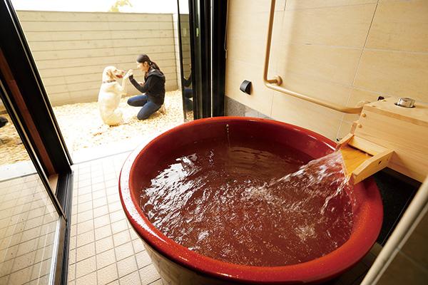 露天風呂の湯船は滋賀県の信楽焼
