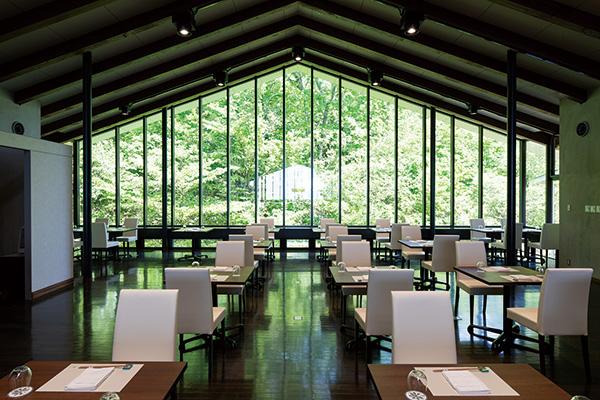 レストランやオープンテラスを設置したパブリック棟
